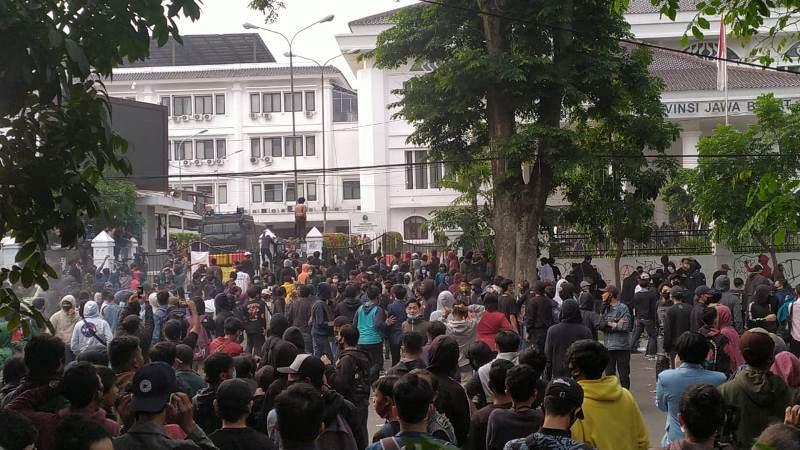 Aksi Unjuk Rasa di Bandung Kembali Berujung Ricuh
