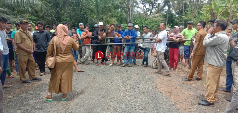 Aktivitas Peledakan Batu PT INP, Warga Katibung Blokir Jalan
