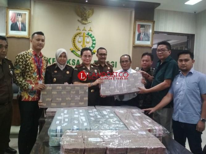 Alay Cicil Uang Pengganti Korupsi APBD Lamtim Rp10 Miliar