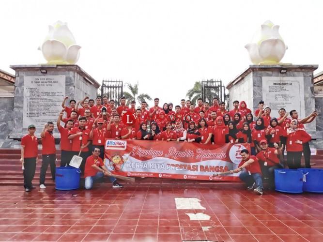 Alfamart Bersihkan Makam Pahlawan Tanjungkarang