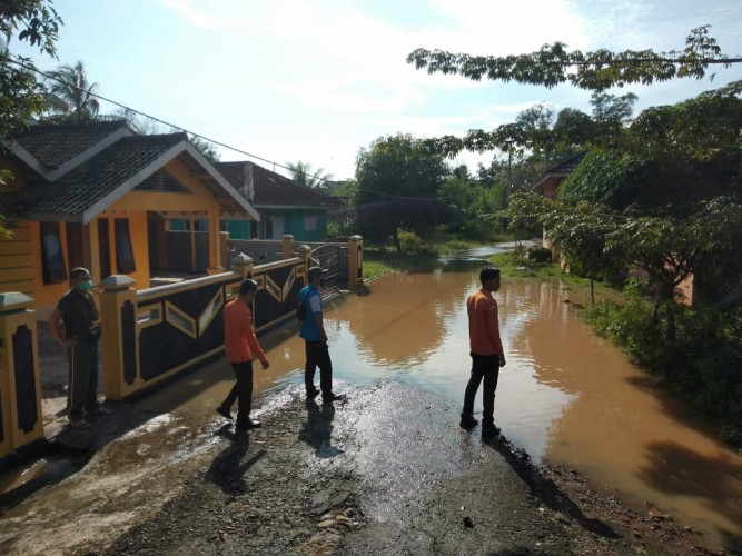 Aliran Way Umban Kotabumi Meluap