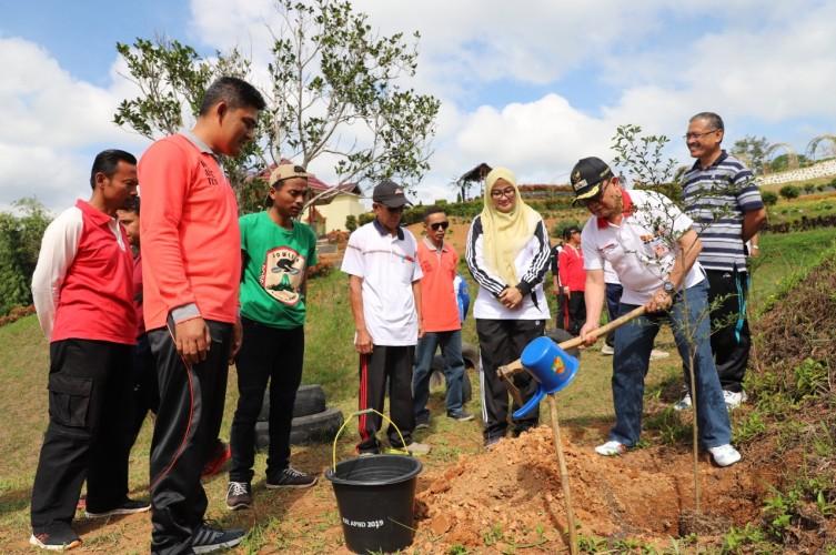 Alumni Kepamongprajaan Lambar Tanam Pohon di KRL