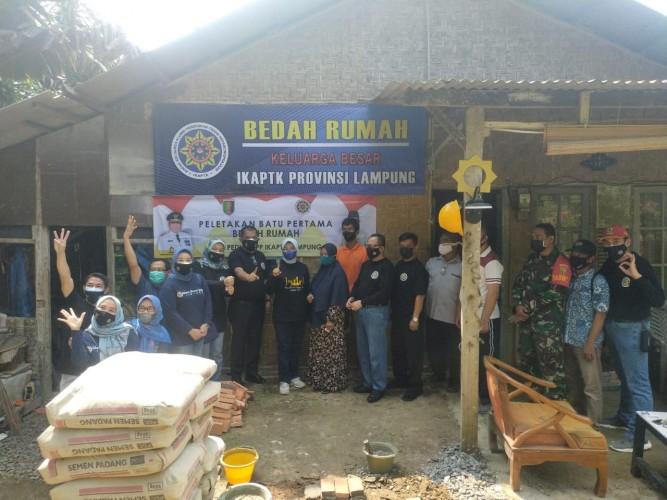 Alumni Sekolah Pamong Praja Lampung Bedah Rumah Warga Terdampak Covid-19