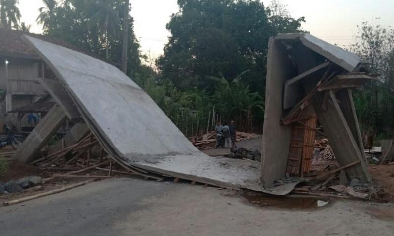 Ambruk, Pembangunan Gapura di Desa Sabukempat Dialihkan