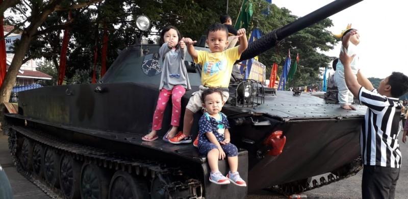 Anak Anak Berebut Foto dengan Alutsista TNI