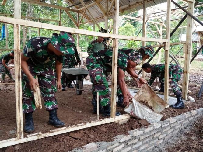 Anggota Kodim 0410/KBL Bahu-Membahu Buat Hunian Sementara Desa Banding