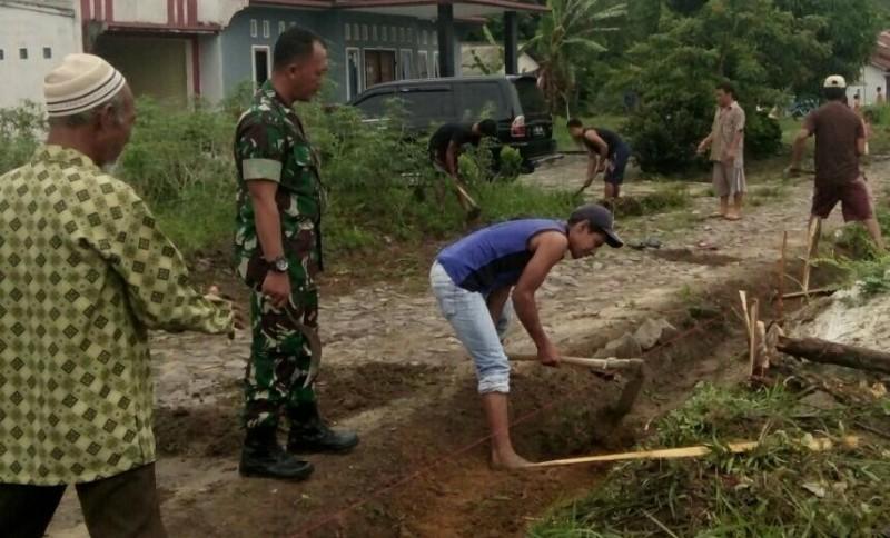 Anggota Koramil Menggala Ajak Warga Bersihkan Lingkungan