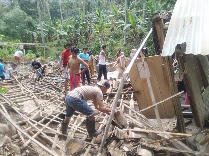 Angin Kencang Disertai Hujan Robohkan Rumah Warga Desa Cilimus di Pesawaran