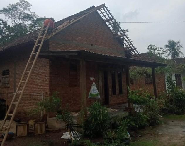 Angin Puting Beliung Hantam Puluhan Rumah di Kampung Jayasakti Lamteng