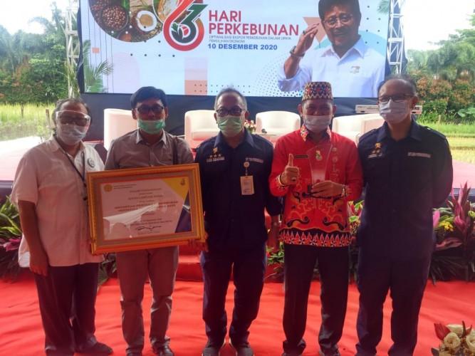 Anjurkan Penurunan Penggunaan Herbisida, Lambar Terima Penghargaan APPI Award 2020