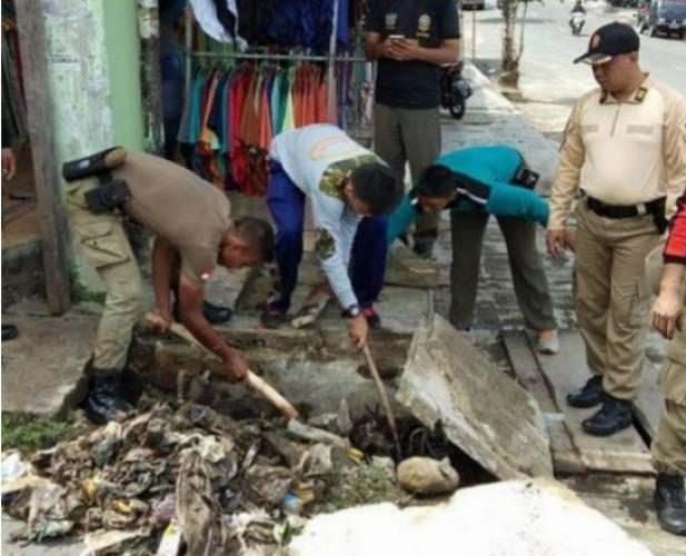 Antisipasi Banjir, Warga Desa Kekiling Bersihkan Saluran Air