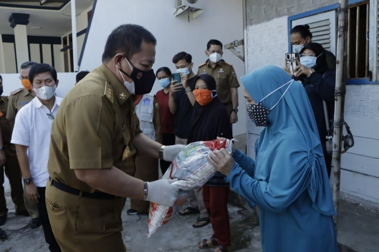 Arinal Bagikan Beras untuk Warga Terdampak Pandemi Covid-19