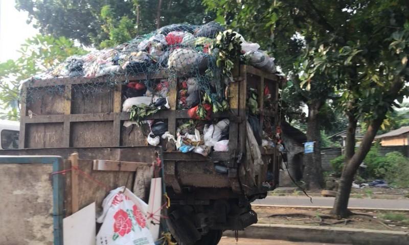 Armada Pengangkut Sampah yang Limbahnya Jatuh di Jalan Dikeluhkan Pengendara