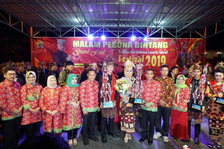 Arya dan Umi Dinobatkan Sebagai Muli Mekhanai Lampung Selatan 2019
