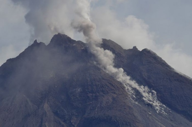 Asap Gunung Merapi Membubung Hingga 300 Meter
