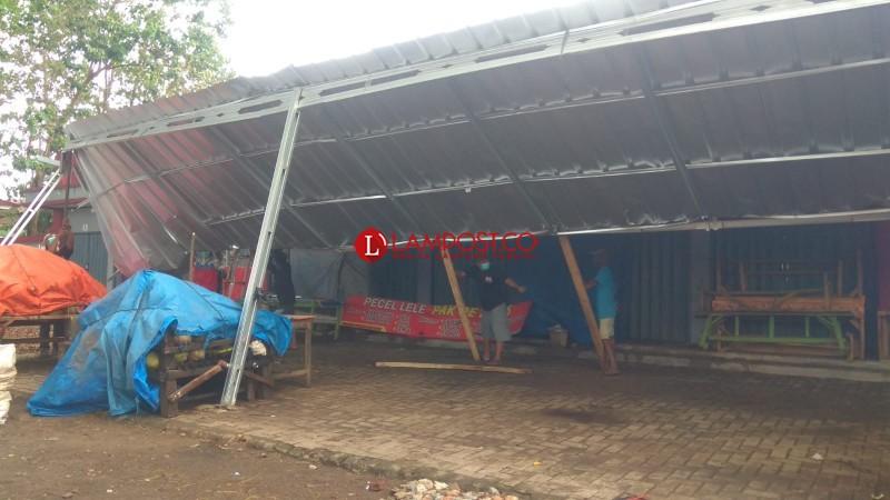Atap Pedagang di Stadion Mini Waydadi Roboh Diterjang Angin Kencang