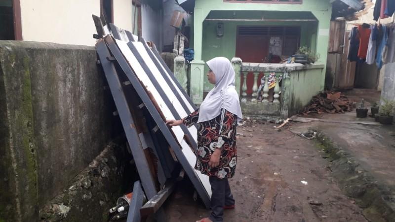 Atap Rumah Warga Kelapa 3 Ambruk Diterpa Angin