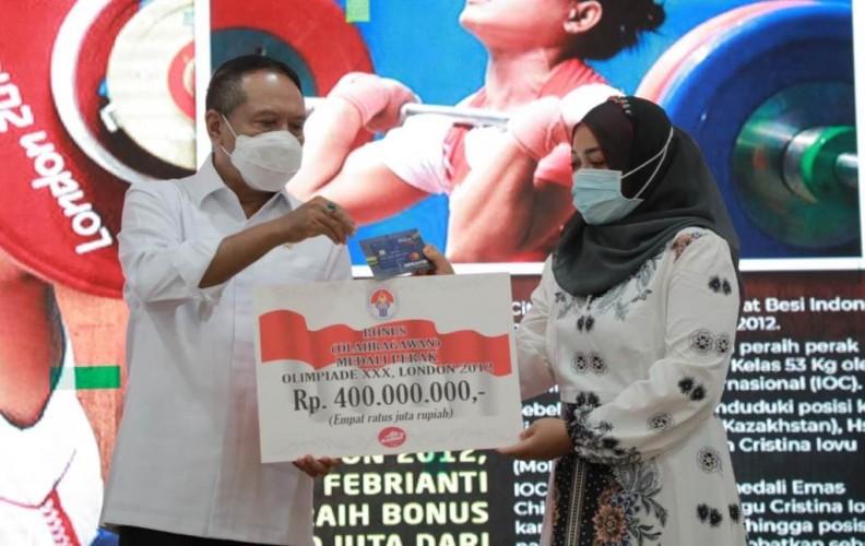 Atlet Angkat Besi Asal Lampung Terima Bonus dari Pemerintah