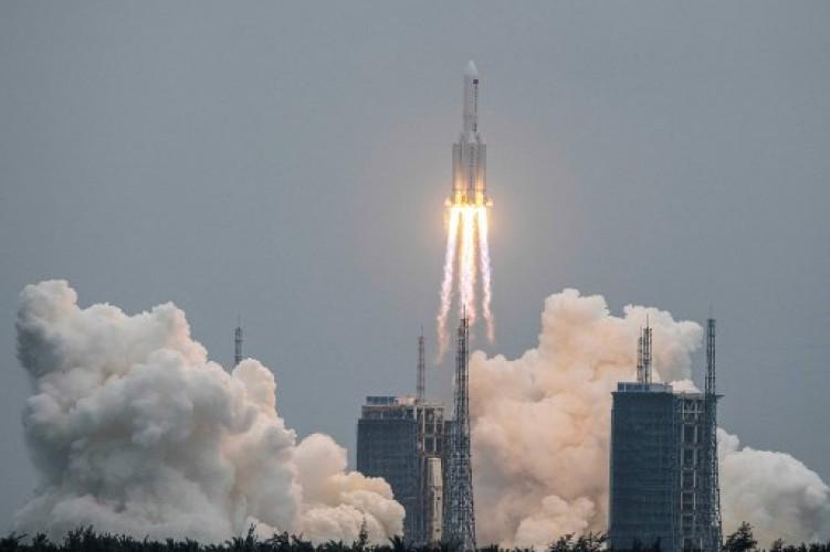 Awas, Roket Tiongkok Seberat 23 Ton Jatuh Liar ke Bumi