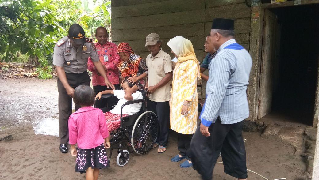 Zainudin Kembali Beri Bantuan Kursi Roda ke Penderita Lumpuh