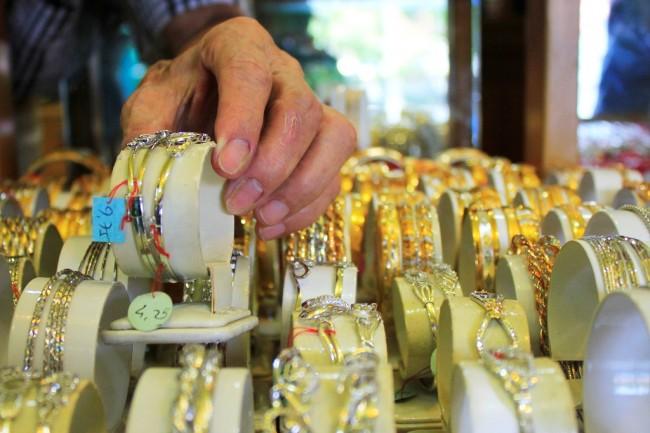 Awal Pekan, Harga Emas Menguat ke Rp639.706/Gram