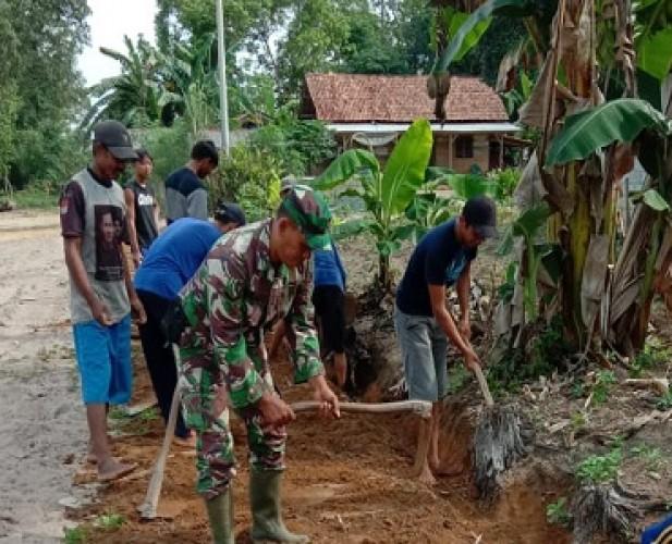 Babinsa Ajak Masyarakat Kampung Gunungtapa Tengah Besihkan Parit