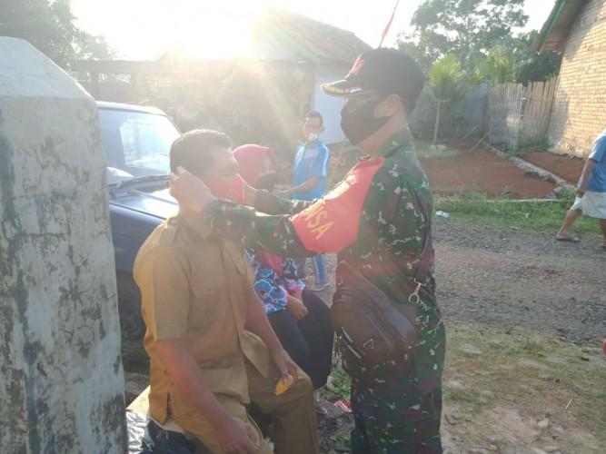 Babinsa Banjit Himbau Masyarakat Pakai Masker