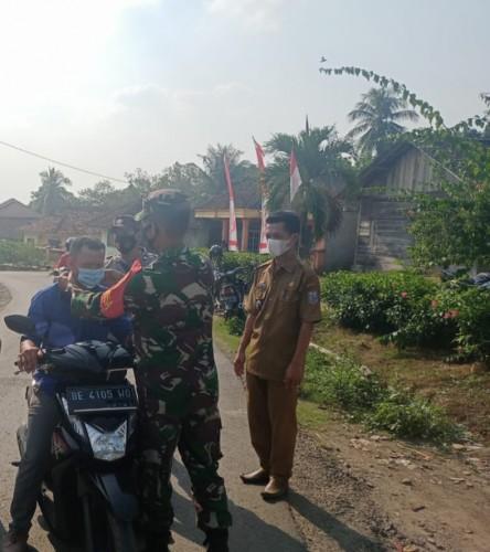 Babinsa Bersama Aparatur Kampung Donomulyo Bagikan Masker