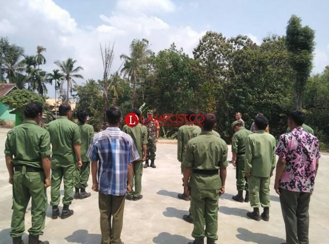 Babinsa Koramil 427-5/Banjit Latih Linmas Makin Disiplin