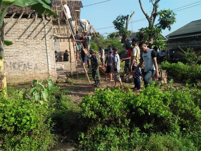 Babinsa Koramil Sidomulyo Gotong Royong Perbaiki Rumah