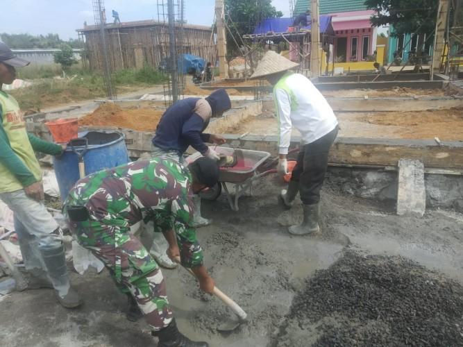 Babinsa Pakuanratu Bantu Pembangunan Rumah Warga