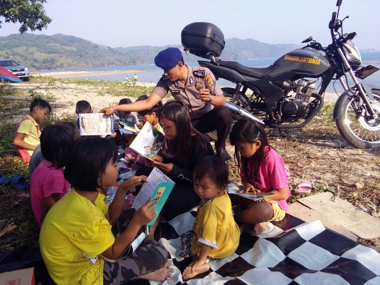 Melihat Anak Pesisir Membaca Buku, Kebahagiaan bagi Anggota Polair Ini