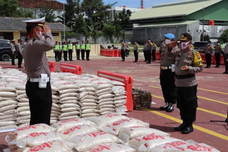 Bakti Sosial Hari Bhayangkara Bagikan 2.000 Karung Beras ke Warga Pringsewu