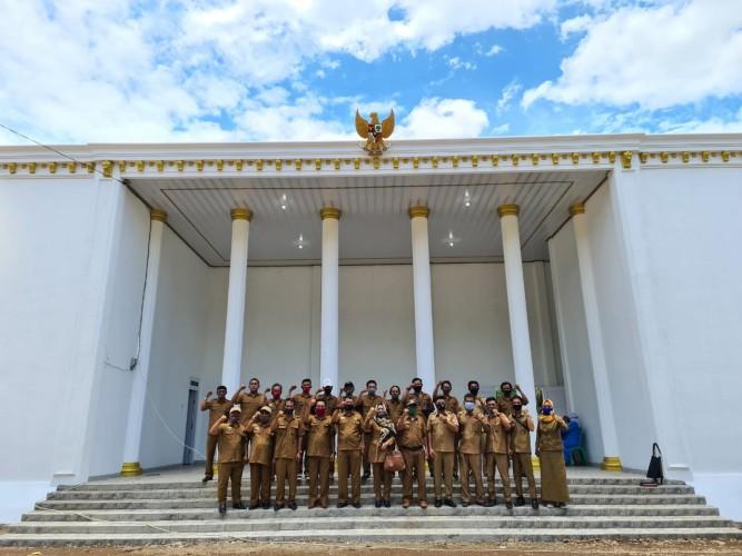 Balai Desa Cempaka Bak Istana Negara Jadi Destinasi Wisata Dadakan