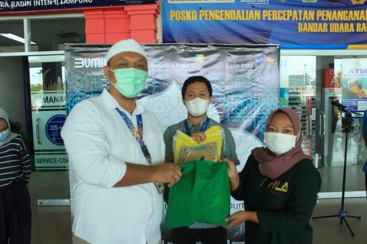 Bandara Radin Inten II Bagikan 190 Paket Sembako kepada Warga Terdampak Pandemi