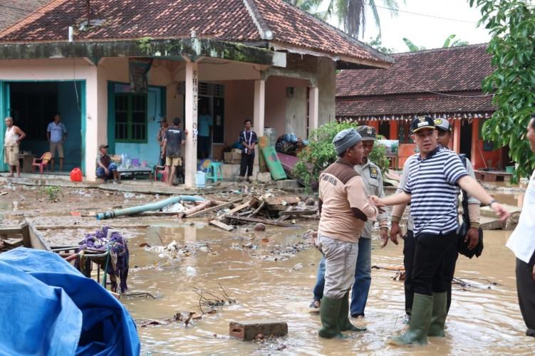 Banjir Bandang di Pesawaran Telan Korban Jiwa dan Kerusakan  Jalan