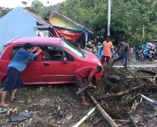 Banjir Bandang Seret Mobil hingga Ratusan Meter