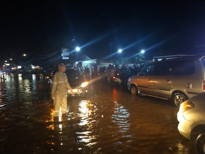 Banjir Genangi Ruas Jalan Lintas Barat