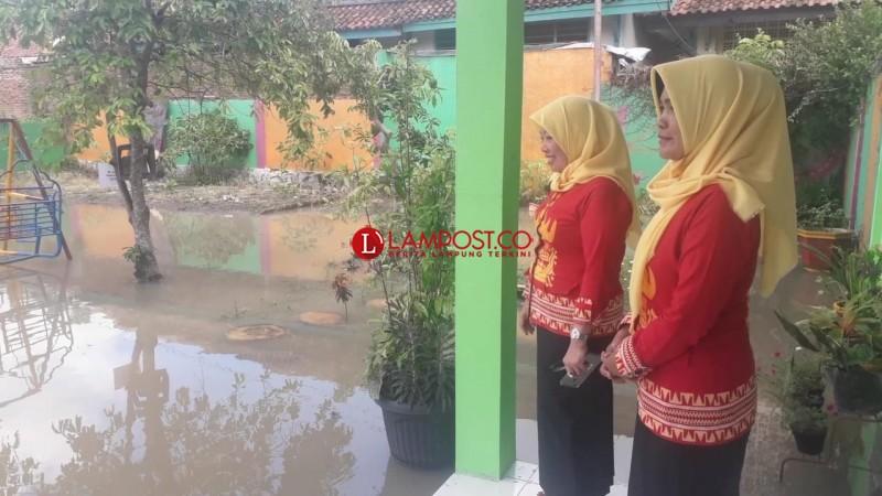 Banjir Menggangu KBM di SMPN 24 Bandar Lampung