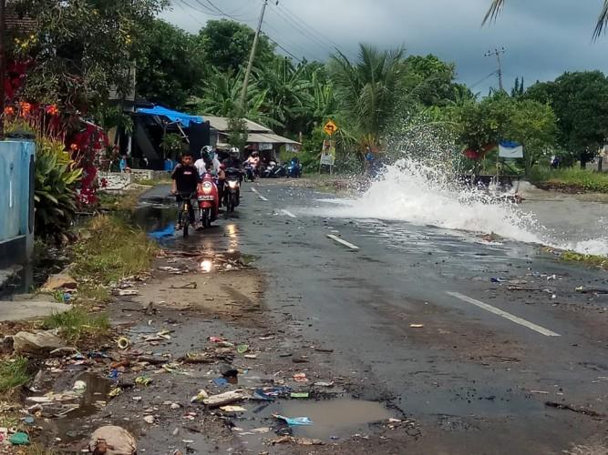 Banjir Rob Masih Genangi Jalan Pesisir Lamsel