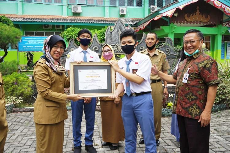 Bank Lampung Apresiasi Siswa SMAN 7 Bandar Lampung Juara 2 Simpel Vlog Competition Nasional
