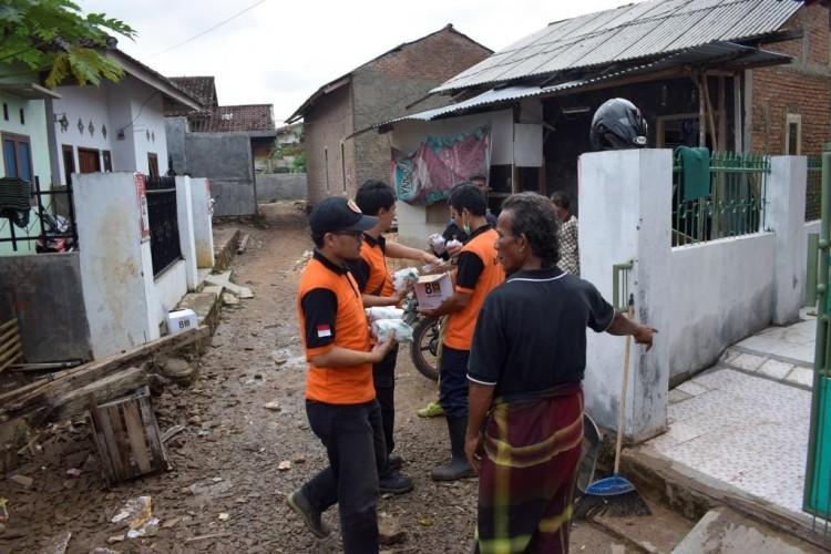 Bantu Korban Terdampak Banjir, PKS Bagikan Nasi Bungkus