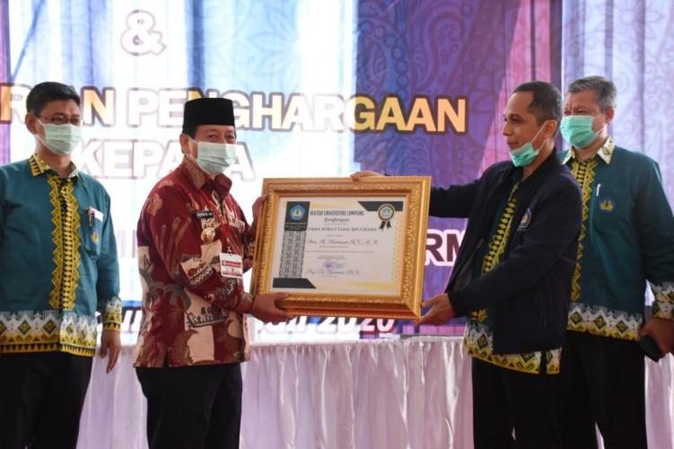 Bantu Perkembangan Unila, Wali Kota Herman HN dapat Penghargaan