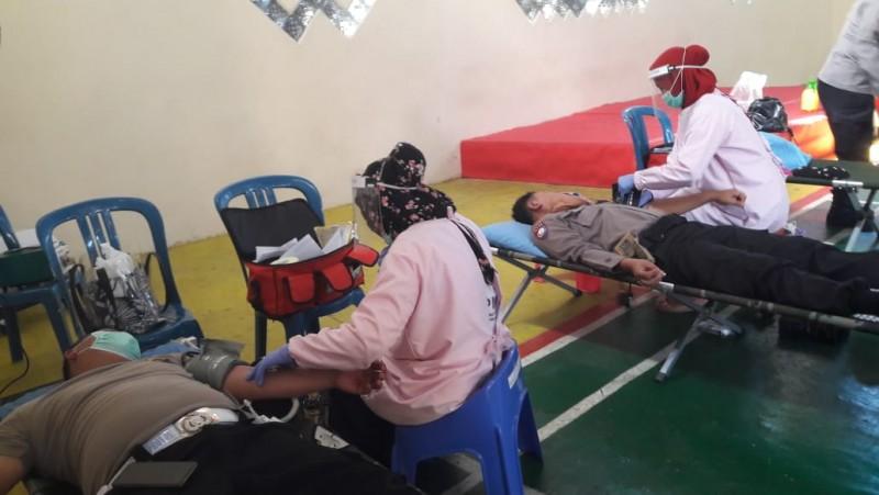 Bantu Stok PMI, Puluhan Anggota Polres Lampung Utara Donor Darah