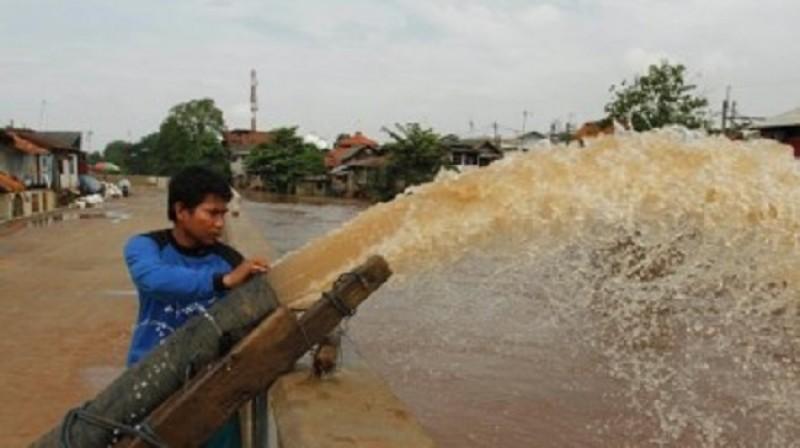 Bantu Surutkan Banjir di Persawahan Pringsewu Harus dengan Mesin Pompa