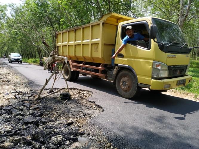 Baru 2 Minggu, Jalan Aspal di Sabahbalau Sudah Mengelupas