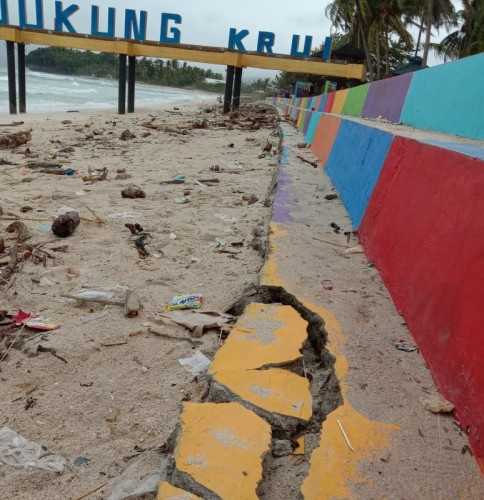 Baru Dibangun, Penahan Abrasi di Pantai Labuhan Jukung Rusak