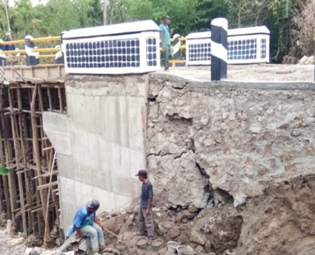 Baru Dibangun, TPT Sayap Jembatan Way Simah Ambrol
