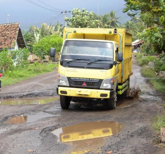 Baru Diperbaiki, Jalan Poros di Lamsel Rusak Lagi