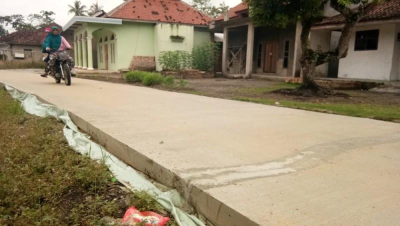 Baru Sepekan, Jalan Rabat Beton Sindangsari-Fajarbakti Retak